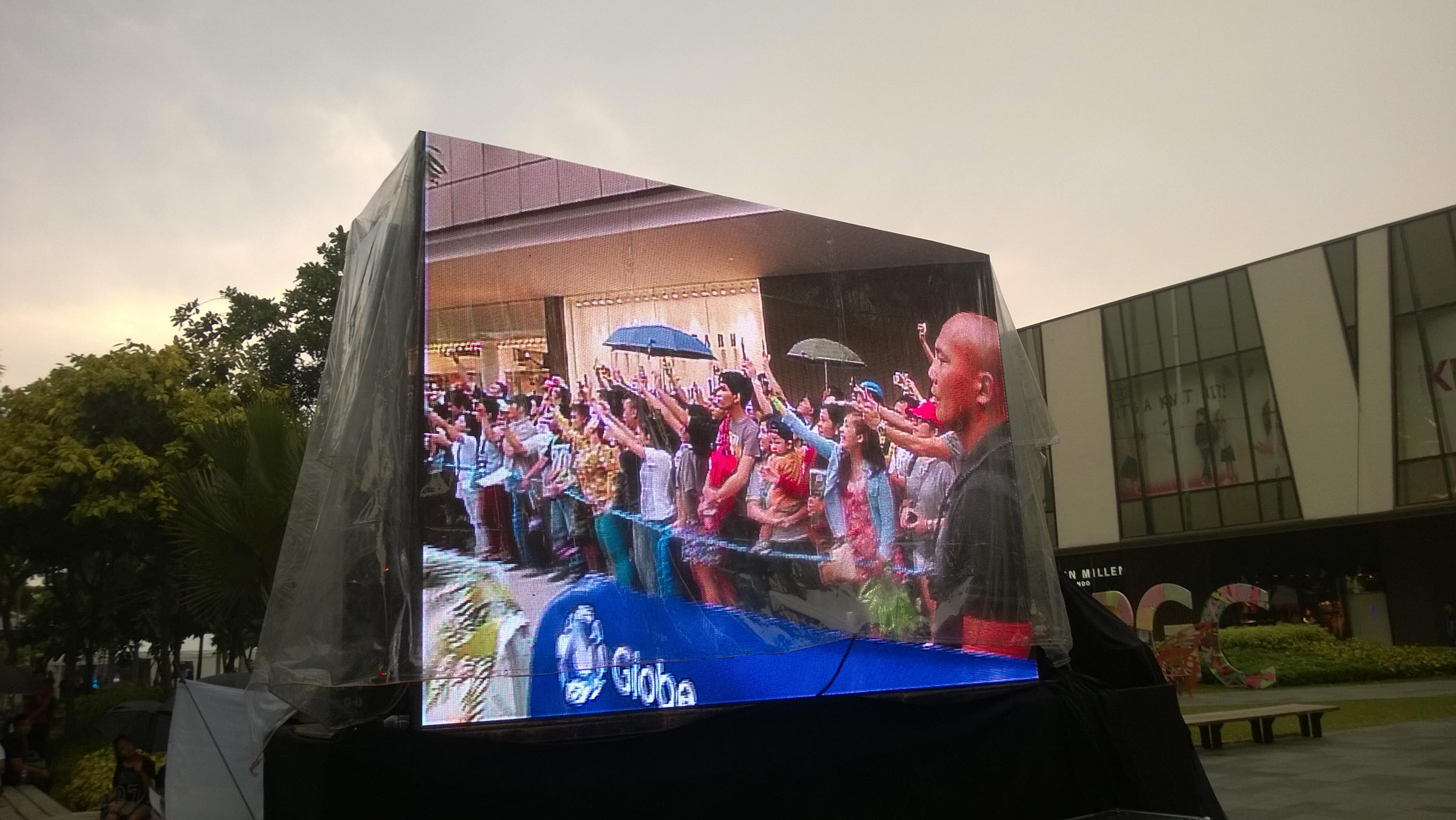 Globe Telecom Slip Stream Marlon Stockinger BGC Taguig Manila Philippines Duane Bacon Bilis Ng Pinoy Mob Crowed Fans